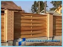 La construcción de una valla de madera piquete