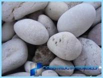 Una valla hecha de piedra con sus manos
