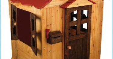 casa de madera de los niños con sus manos