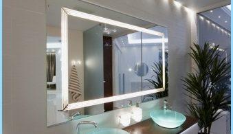 Espejo con luz en el interior de un cuarto de baño