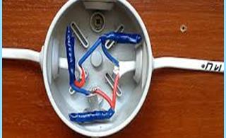 rasklyucheniya o conexión de cables eléctricos en la caja de conexiones de conducción
